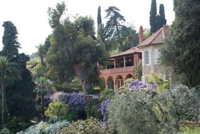 Une <i>Wisteria sinensis</i> plantée devant la façade Arts &amp;Crafts de la villa.