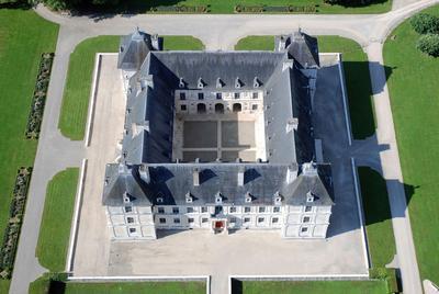 Vue aérienne du château et de la cour d'honneur.