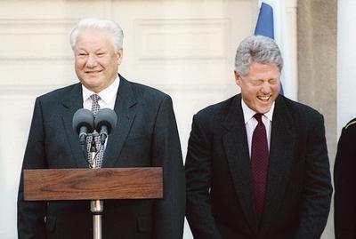 <b>1995.</b> Boris Eltsine et Bill Clinton. La Russie eltsinienne avait mis le cap vers l'Ouest. Mais le bombardement du Parlement russe en 1993 et les guerres de Tchétchénie ont enterré la démocratie en Russie, qui décréta l'Occident responsable de sa déconvenue.