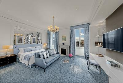 The rooms mix freely styles Empire, Regency or Louis XV.