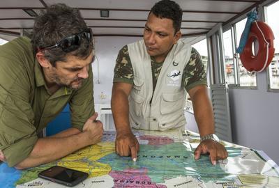 Nicolas et Ney envisagent d'autres repérages le long du río Negro.