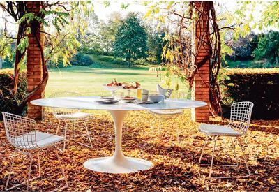 Knoll fait sortir de la maison le fauteuil et la chaise Bertoia ainsi que la table d'Eero Saarinen.
