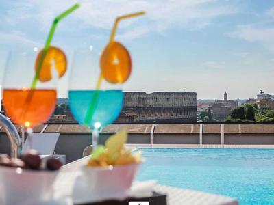 Une piscine, un cocktail et le Colisée.