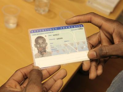 Lassana Bathily a reçu sa carte d'identité mi-décembre, après avoir été naturalisé le 20 janvier 2015. Crédits photo: Sacha Benitah