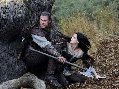 Chris Hemsworth et Kristen Stewart dans <i>Blanche-Neige et le Chasseur.</i>