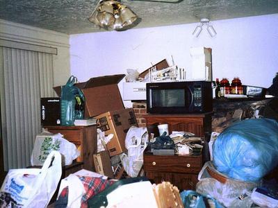 Illustration d'un appartement encombré dont l'occupant présentait le syndrome de Diogène.