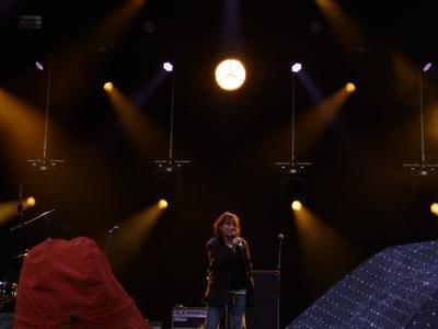 Devant un bob et un parapluie, Jane Birkin chante La Javanaise.