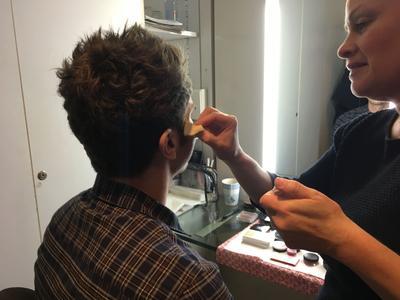 Guillaume Pley, au maquillage, avant l'émission.