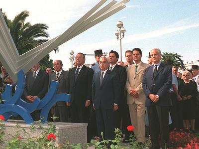 Des personnalités politiques se recueillent devant la stèle en hommage aux victimes près de l'aéroport de Nice, le 12 septembre 1998.