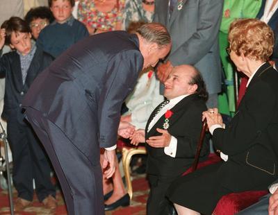 Michel Petrucciani recevant les insignes de chevalier de la Légion d'honneur des mains de François Mitterrand en 1994.