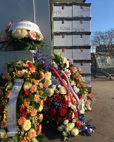 Les fleurs, en hommage aux victimes.