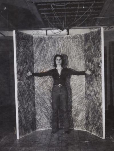 Rosemarie Castoro devant 'Free Standing Wall' dans son studio, de Spring Street à New York, vers 1970.