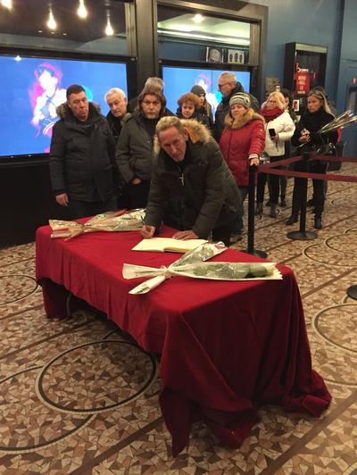 Johnny Cabaret signe le livre d'or pour saluer son idole.