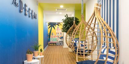 Ambiance beach club pour le nouvel hôtel niçois The Deck .