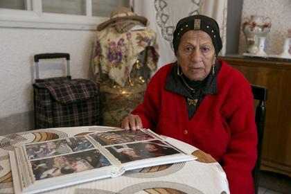 Shama's Shimon, 85 ans, feuillette un album souvenirs.