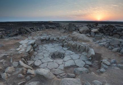 L'une des structures en pierre avec une cheminée centrale découverte dans le désert jordanien.