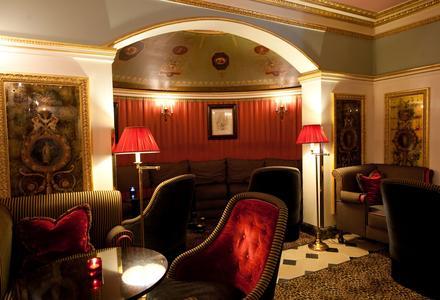 Le bar salon de L'Hotel. L'arrondi dans le fond correspond à ce qui était la chambre à coucher d'Oscar Wilde.