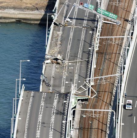 Le pont reliant l'aéroport international de Kansai à Osaka a été très sérieusement endommagé.