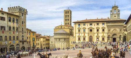 Arezzo, Piazza Grande. L'ancienne cité étrusque fut constituée en commune libre au Moyen Âge.