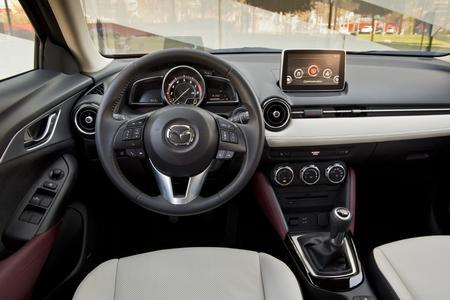 La planche de bord est identique à celle de la Mazda 2.