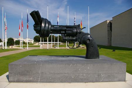Baptisée «Non-violence», cette sculpture réalisée par l'artiste suédois Carl Fredrik existe en plusieurs exemplaires. (Crédit: Philippe Berdalle/Flickr/CC)