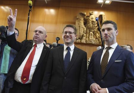 À gauche, les deux avocats du NPD. À droite, son président, Frank Franz. Les trois hommes sont photographiés après la lecture du verdict.