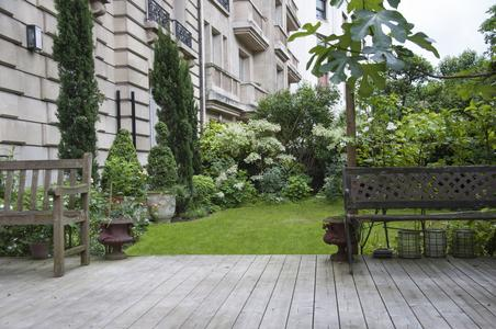 Au pied d'un immeuble parisien, un jardin organisé en différents lieux de vie. Crédit photo: Appoline Risser.
