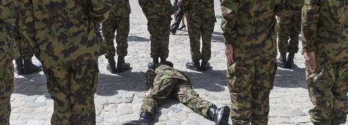 Suisse: un soldat s'effondre lors du passage de Hollande