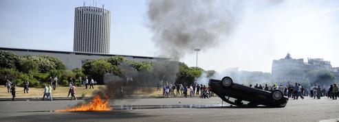 Manifestations violentes des chauffeurs de taxi à Paris et en province