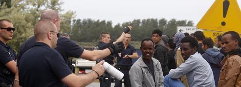 Un rapport prône la «mise à l'abri» des migrants de Calais