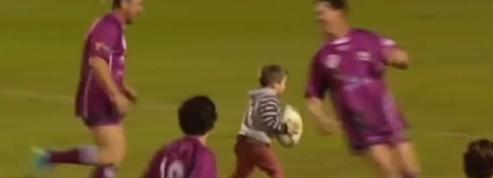 Un garçon de 4 ans s'invite sur un terrain de rugby et marque un essai