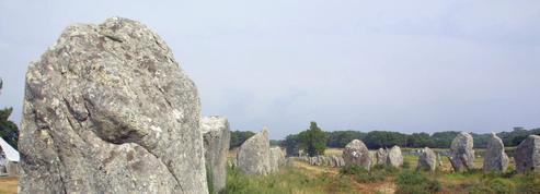 En Bretagne, un agriculteur déménage deux menhirs qu'il juge encombrants