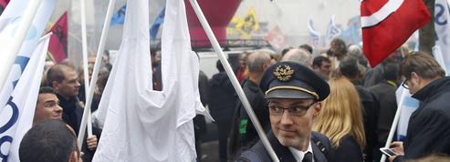 Sur l'air de «Tomber la chemise», les salariés d'Air France manifestent dans le calme