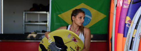 Passée près de la mort, une surfeuse brésilienne défie à nouveau les plus grosses vagues du monde