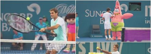 Roger Federer teste une nouvelle raquette géante