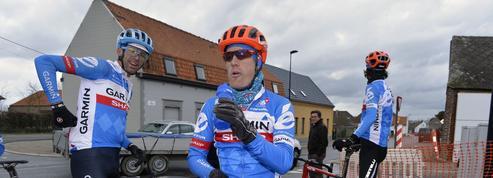 Il emprunte le vélo d'un spectateur pour finir la course