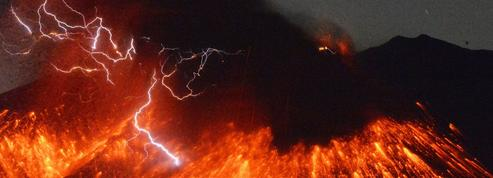Impressionnante éruption du volcan Sakurajima au Japon
