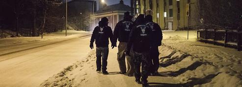 Les Soldats d'Odin patrouillent contre les migrants en Finlande