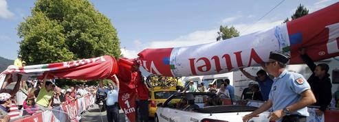Tour de France : l'arche de la «Flamme rouge» se dégonfle et tombe sur les coureurs