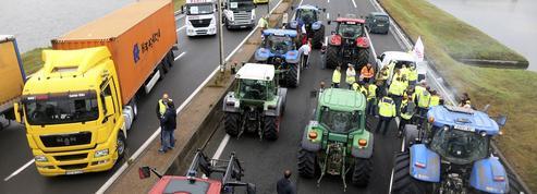 À Calais, le coup de force des commerçants et routiers