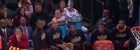 LeBron James et les Cavs s'essayent au «Water Bottle Challenge» en plein match