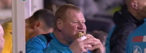 Face à Arsenal, un joueur passe au bar et mange une tourte en plein match
