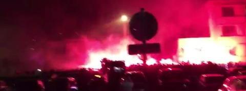Fumigènes, chants, scènes de joie: les Parisiens accueillis en héros au Bourget