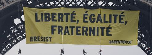 Greenpeace déploie une banderole anti-FN sur la tour Eiffel