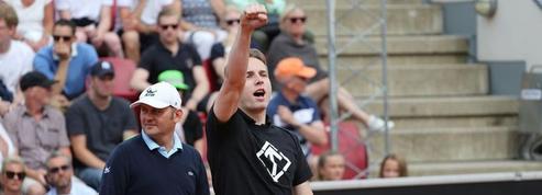 Un néo-nazi entre sur le court de tennis pendant un match à Bastad