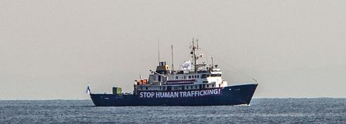 Le navire anti-migrants C-Star est à l'arrêt en pleine mer