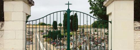 Dans un cimetière de la Vienne, la croix du portail fait l'objet d'un recours en justice