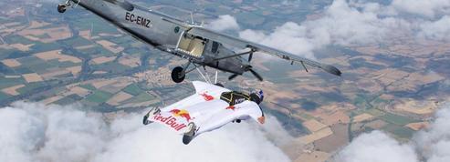 En wingsuit, les Soul Flyers entrent dans un avion en plein vol