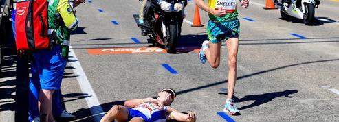 Les images impressionnantes d'un marathonien épuisé de fatigue