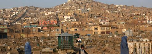 Dans le cimetière de Kaboul, les vivants habitent avec les morts entre les tombes